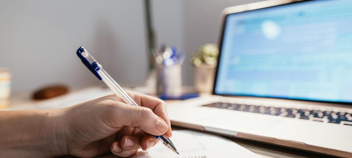 dokumenty przy laptopie